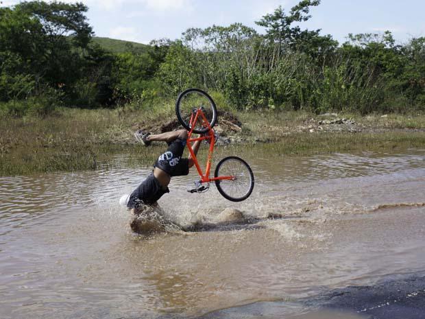 Ciclista cai após passar sobre buraco escondido na SP-023