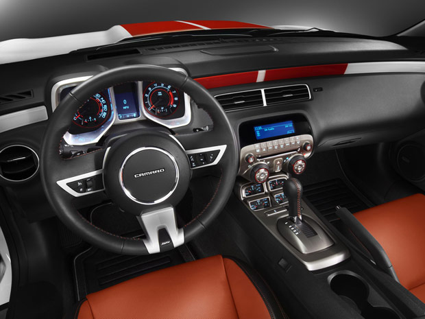 Interior do Chevrolet Camarro SS Convertible ganhou as cores da prova