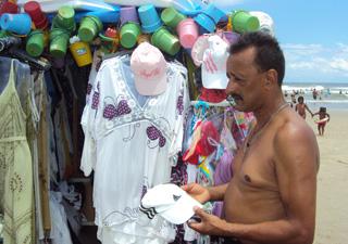 Gilberto de Oliveira dos Santos ficou surpreso quando soube que as compras podiam ser pagas com cartão.
