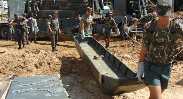 Cerca de 90 homens do Exército participam de reconstrução de ponte em Bom Jardim