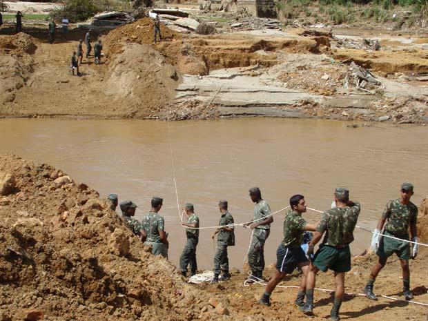 Exército começa a reconstruir ponte em Bom Jardim