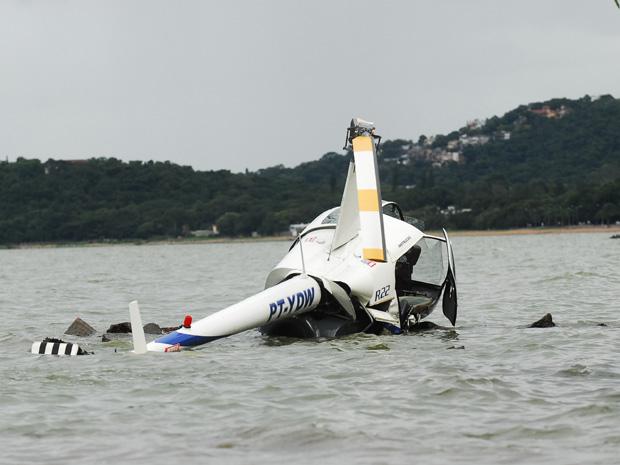 Helicóptero com duas pessoas a bordo cai em Porto Alegre