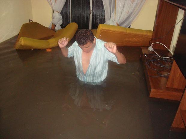 O leitor José Martins disse que água que invadiu sua casa e a dos vizinhos atingiu até 1 m de altura