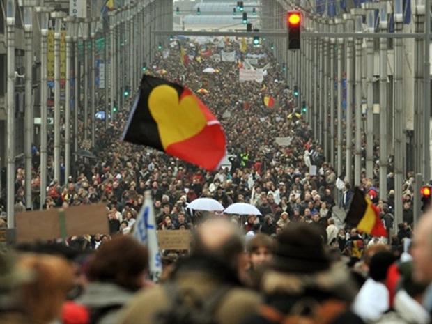 Belgas protestam contra crise política do país, que está sem governo há meses.