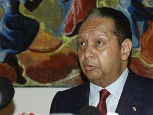 O ex-ditador haitiano Jean-Claude Duvalier, o 'Baby Doc', fala a jornalistas em Porto Príncipe, no dia 21 de janeiro