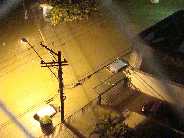 Morador da Rua Carlos Silva, também na Zona Leste de São Paulo, mostrou que a água quase encobriu os carros na rua. Segundo ele, estacionamento do seu prédio foi tomado pela água