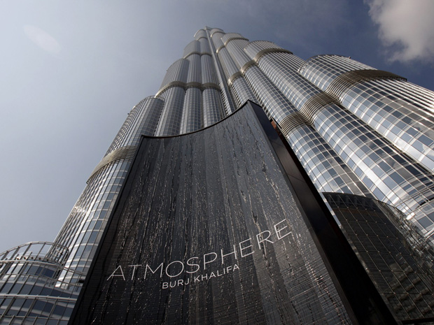 "A mais alta torre do mundo é vista durante a inauguração do ""At.Mosphere"", o mais alto restaurante do mundo, em Dubai.  (Foto: Reuters)"