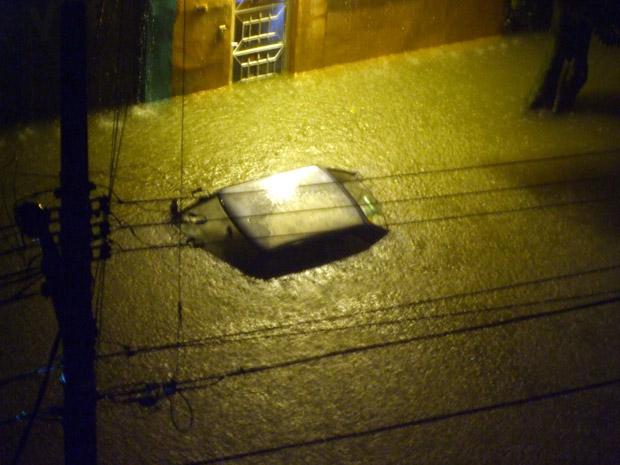 Foto da Rua Francisco Machado de Campos, no Tatuapé, enviada pelo leitor Thiago dos Santos Oliveira mostra que a água cobriu carros