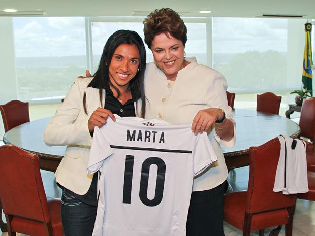 Presidenta Dilma Rousseff recebe camisa autografada pela jogadora de futebol Marta, durante encontro no Palácio do Planalto