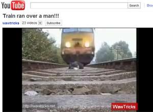 Trem se aproxima enquanto homem permanece deitado entre os trilhos