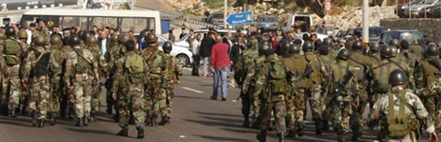Militares barram partidários de Hariri nesta terça-feira (25) próximo a Sidon, no Líbano.