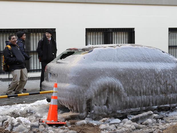 Um morador de Nova York encontrou o seu carro completamente encoberto de gelo após um tubo vazar água em uma rua da cidade e atingir o veículo. Nova York vem sofrendo com baixas temperaturas neste inverno no Hemisfério Norte. O americano usou uma marreta para quebrar o gelo que cobria o carro.
