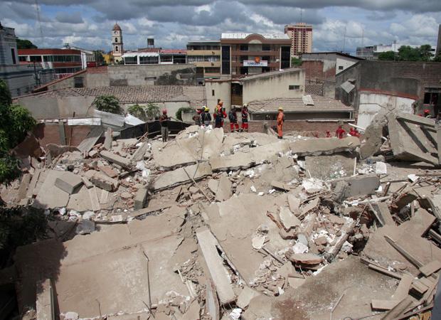 Equipes de resgate buscam vítimas nesta terça-feira (25) no edifício Malaga, que desaboy na cidade boliviana de Santa Cruz.