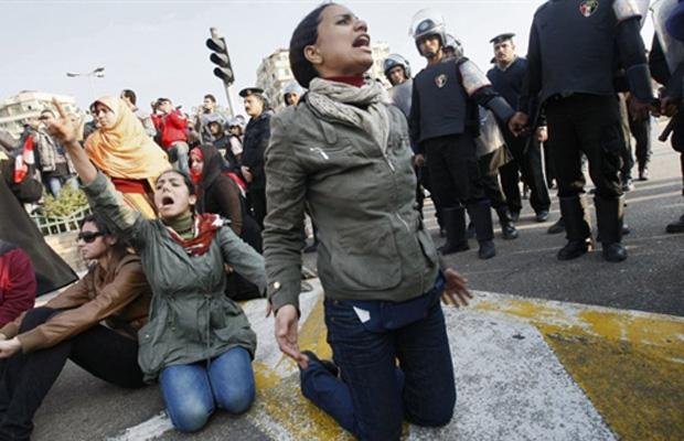Eles pedem a saída do presidente Hosni Mubarak e reformas políticas. O protesto foi inspirado no levante popular da Tunísia, que derrubou o presidente Zine El Abidine Ben Ali após 23 anos no poder.