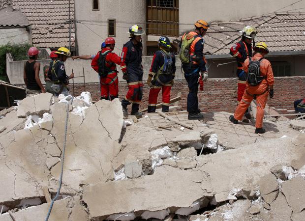 Havia 17 pessoas trabalhando na construção do prédio residencial de nove andares. Pelo menos uma morreu, nove ficaram feridas, e ainda havia desaparecidos.