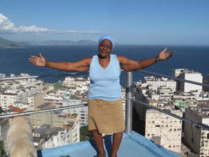 Dona Azelina agradece pelo visual que contempla as praias de Copacabana e Ipanema