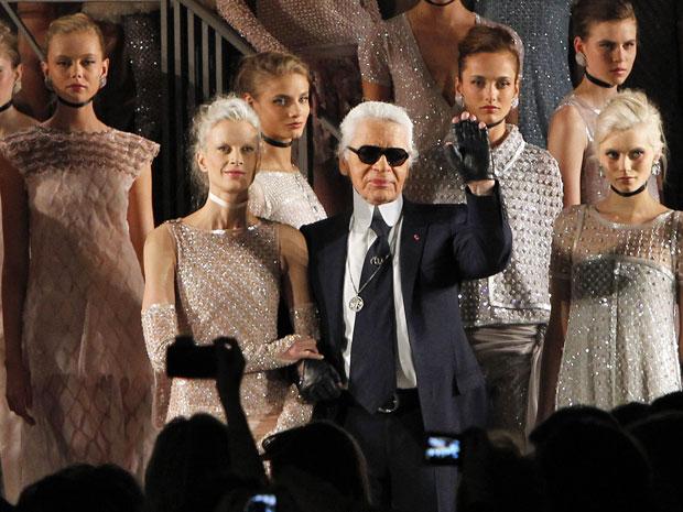 O estilista alemão Karl Lagerfeld posa com modelos em Paris