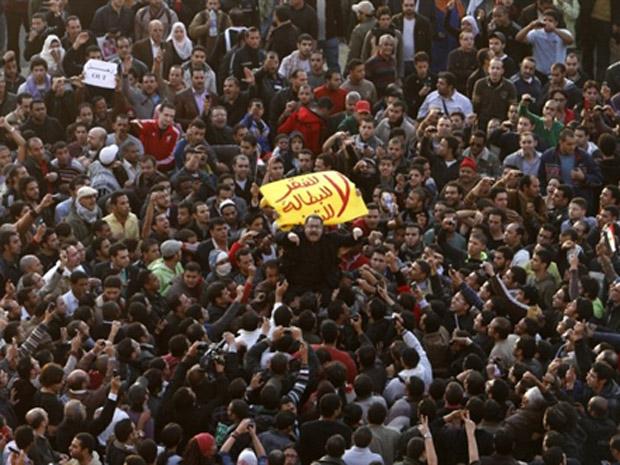 Milhares de egípcios protestam no Cario, em Alexandria em províncias menores pela saída do presidente Mubarak.