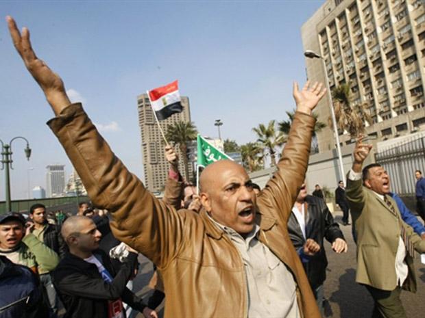 Manifestantes em praça da capital egípcia Cairo.