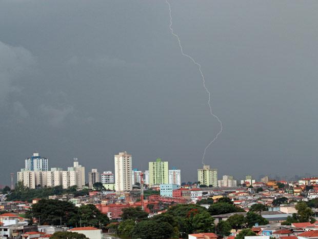 Raio cai na Zona Oeste de São Paulo nesta terça: cidade entrou em atenção