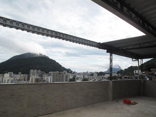 No Santa Marta, laje de DJ tem teto retrátil acionado por controle remoto