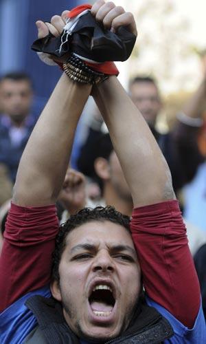 Manifestante protesta no Cairo nesta quarta-feira (26).
