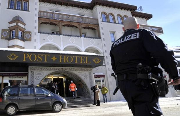 Policial em frente ao hotel atingido por explosão nesta quinta-feira (27) em Davos, na Suíça