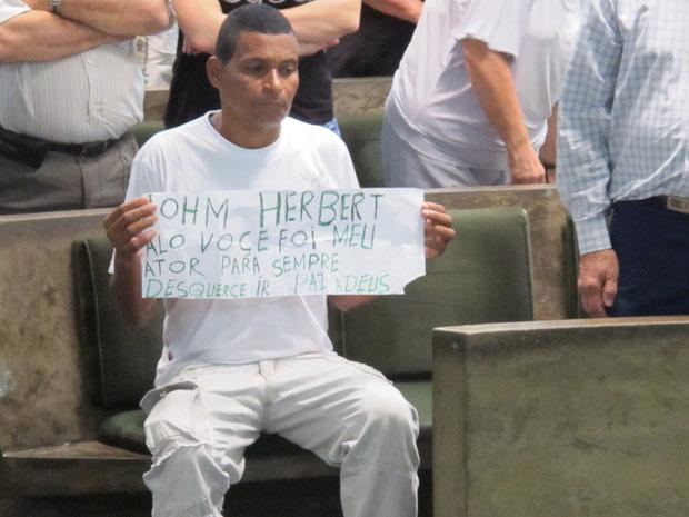 Fã de John Herbert, o ajudante geral Antonio da Paz, 54, levou um cartaz ao crematório para se despedir de seu 'ator predileto'.