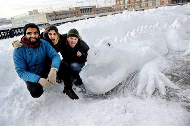 Raj Kottamasu (esq), Rebecca Pappas (centro) e Gabriel Willow (dir) com a escultura.