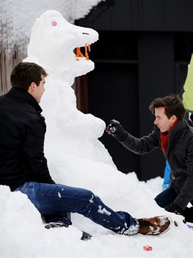 Participante durante concurso de esculturas na neve.