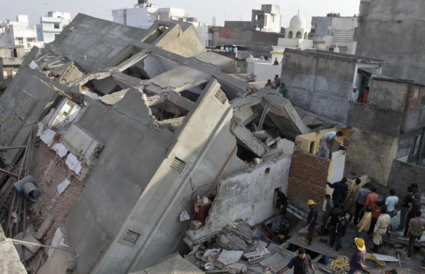 Cinco pessoas morreram e sete ficaram feridas nesta manhã no desmoronamento do prédio de cindo andares, que estava  em construção.