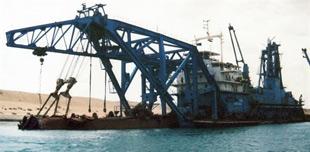Embarcação no Canal de Suez, uma das mais importante hidrovias do mundo, no Egito