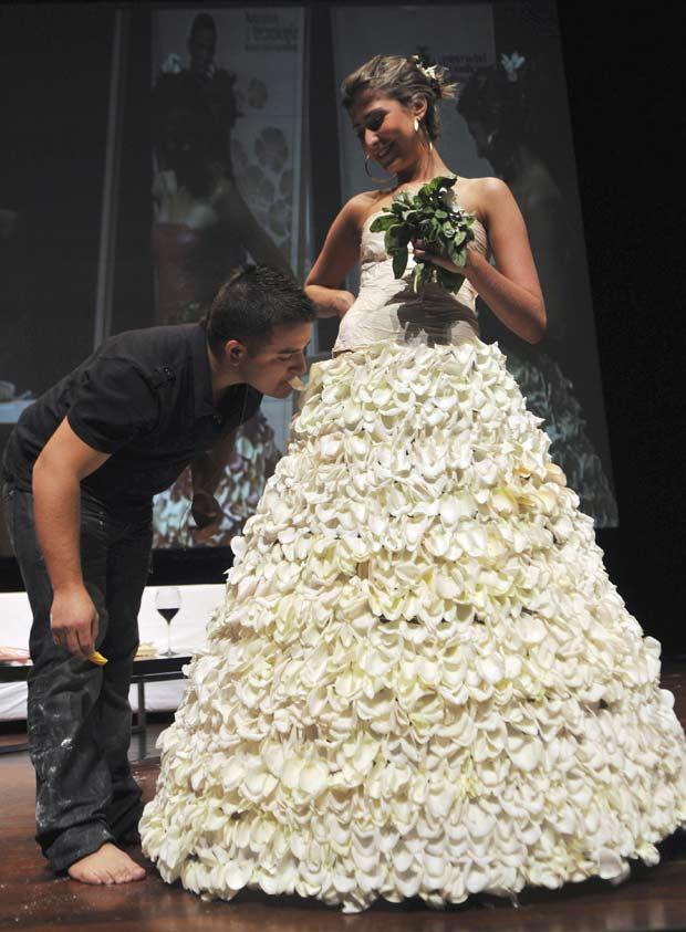 Chef Juan Manuel Barrientos prova o vestido de noiva comestível.