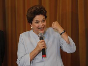 A presidente Dilma Rousseff durante entrevista coletiva após a reunião com o governador do Rio Grande do Sul, Tarso Genro, nesta sexta-feira (28) no Palácio do Piratini, em Porto Alegre (RS). Dilma anunciou repasses de recursos para o Estado para enfrenta