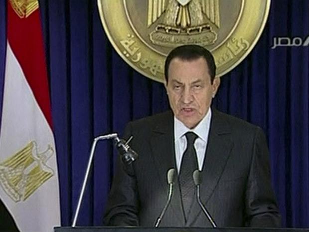O presidente egípcio, Hosni Mubarak, durante a transmissão do seu discurso em cadeia nacional