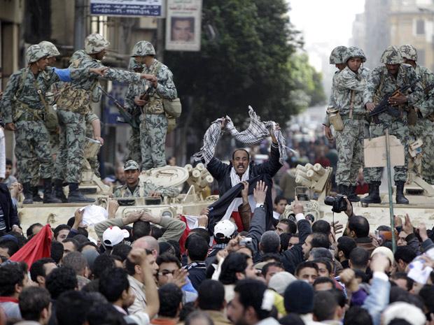 Manifestante sobe em tanque de guerra em protesto no Egito