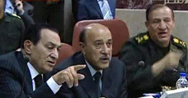 Hosni Mubarak (à esquerada) e o viice-presidente Omar Suleiman (centro) em reunião no Cairo