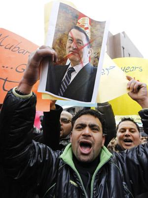 Manifestante protesta contra Mubarak nesta segunda-feira (31), na frente da embaixada do Egito na Coreia do Sul, em Seul