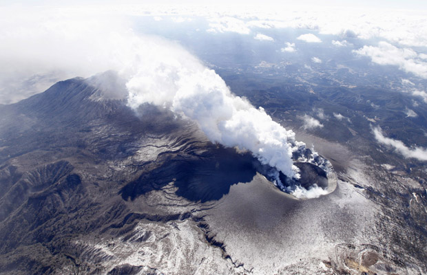 Lava fica mais visível dentro da cratera do vulcão do Monte Shinmoedake, na ilha de Kyushu, no sul do Japão, em foto aérea desta segunda-feira (31). (Foto: AP)