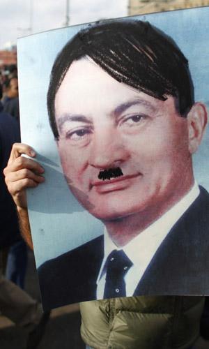 Cartaz compara Mubarak a Hitler durante protestos desta segunda (31) no Cairo