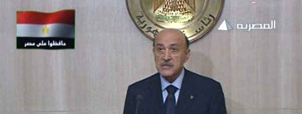 O vice-presidente do Egito, Omar Suleiman, fala na TV estatal na noite desta segunda-feira (31) (Foto: AP)