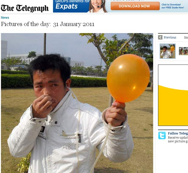 Zhang Xijiang consegue encher balões com o ouvido.