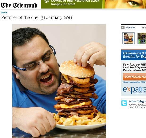 Sipros Lomvardos, do 'Jolly Fryer', posa com o hambúrguer de 5 mil calorias.