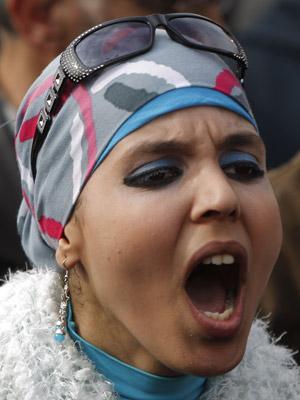 Manifestante grita durante protesto nesta terça (1º) no Cairo