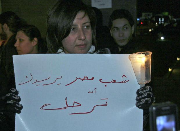 Jovem síria protesta em solidariedade ao povo egípcio, em Damasco, nesta segunda-feira (31)