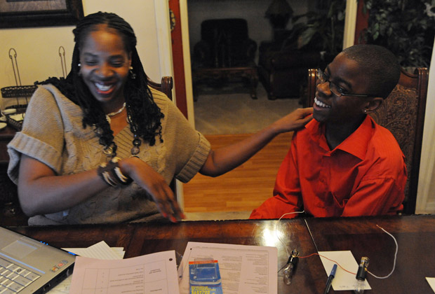 Darlene Maffett, mãe e lésbica, ajuda seu filho, Reginald Maffett, de 14 anos, a fazer projeto de ciência em casa em Jacksonville, na FLórida.