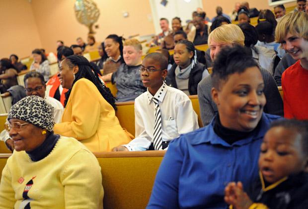 Fiéis na Igreja Comunitária de St. Luke, em Jacksonville, na Flórida