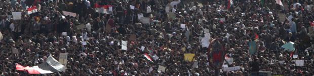 Manifestantes tomam as ruas do Cairo nesta terça-feira (1º)