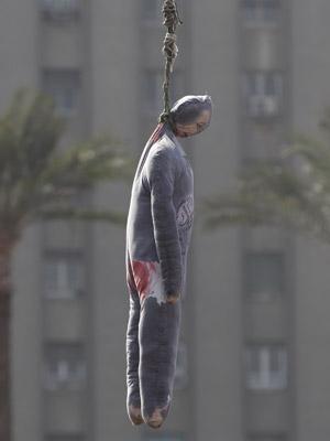 Boneco representando Hosni Mubarak é 'enforcado' nesta terça-feira (1º) na Praça Tahir, no centro do Cairo