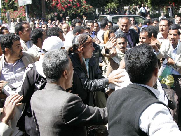Manifestantes pró e contra o governo enfrentam nas ruas de Sanaa, capital do Iêmen, em 29 de janeiro